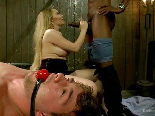 Порно трахнули жену на глазах у мужа